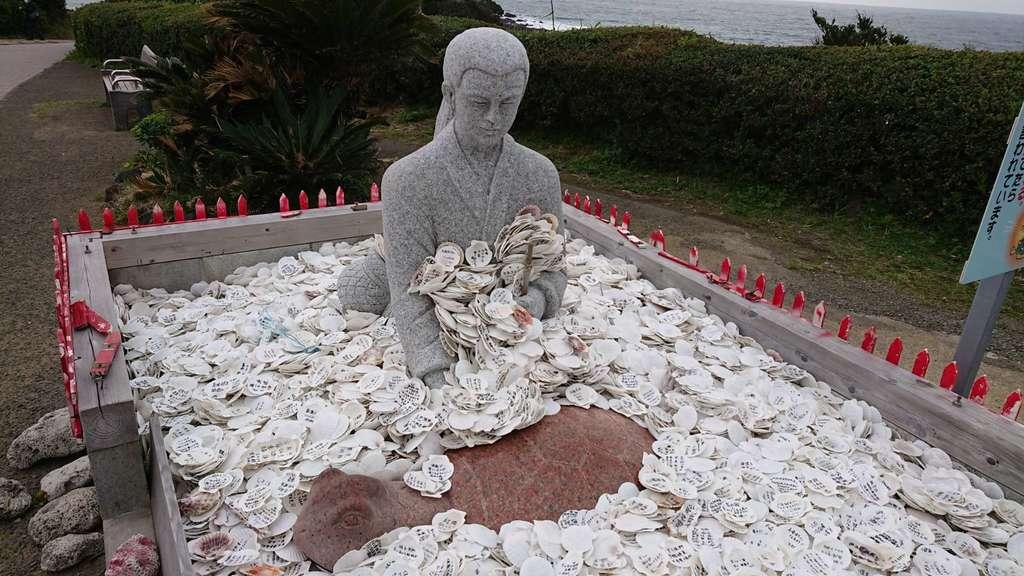 竜宮神社の像