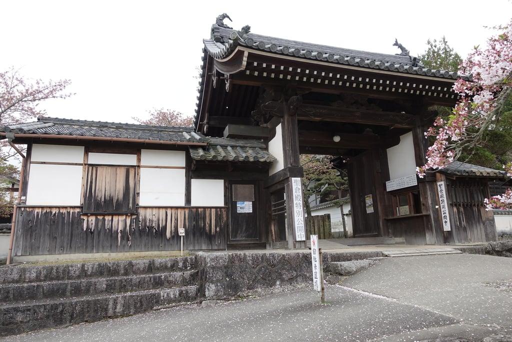 橘寺の山門