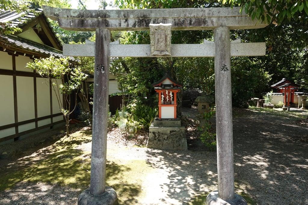 奈良豆比古神社の末社・摂社(奈良県平城山駅)