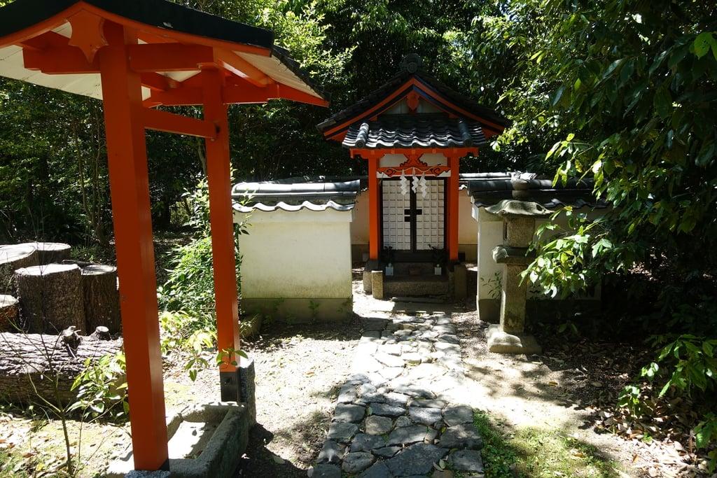 奈良豆比古神社の末社