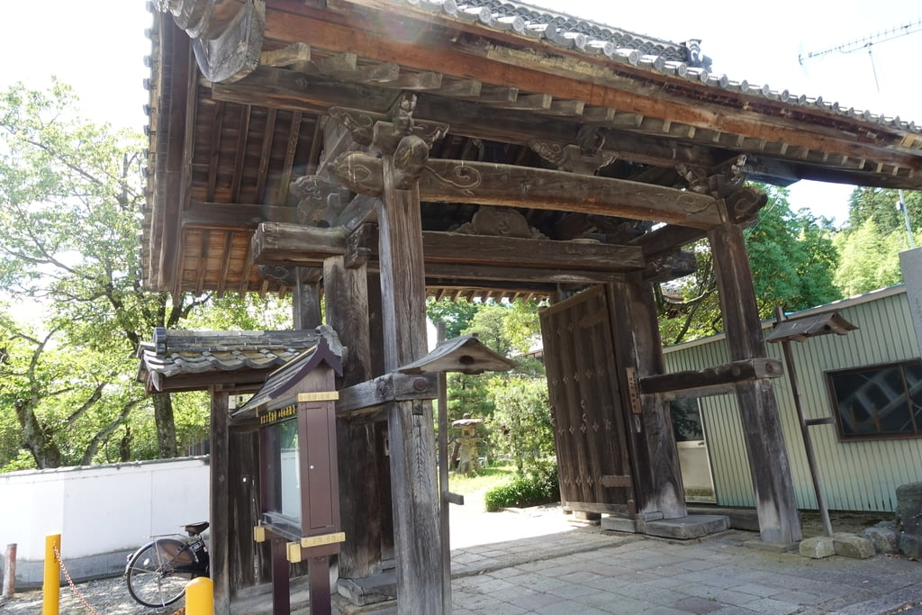西徳寺の山門
