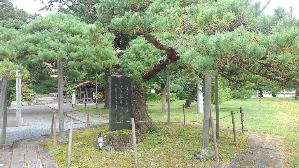 月岡神社の庭園