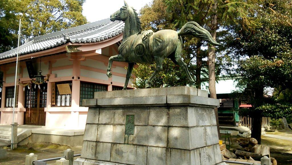 大神神社の像