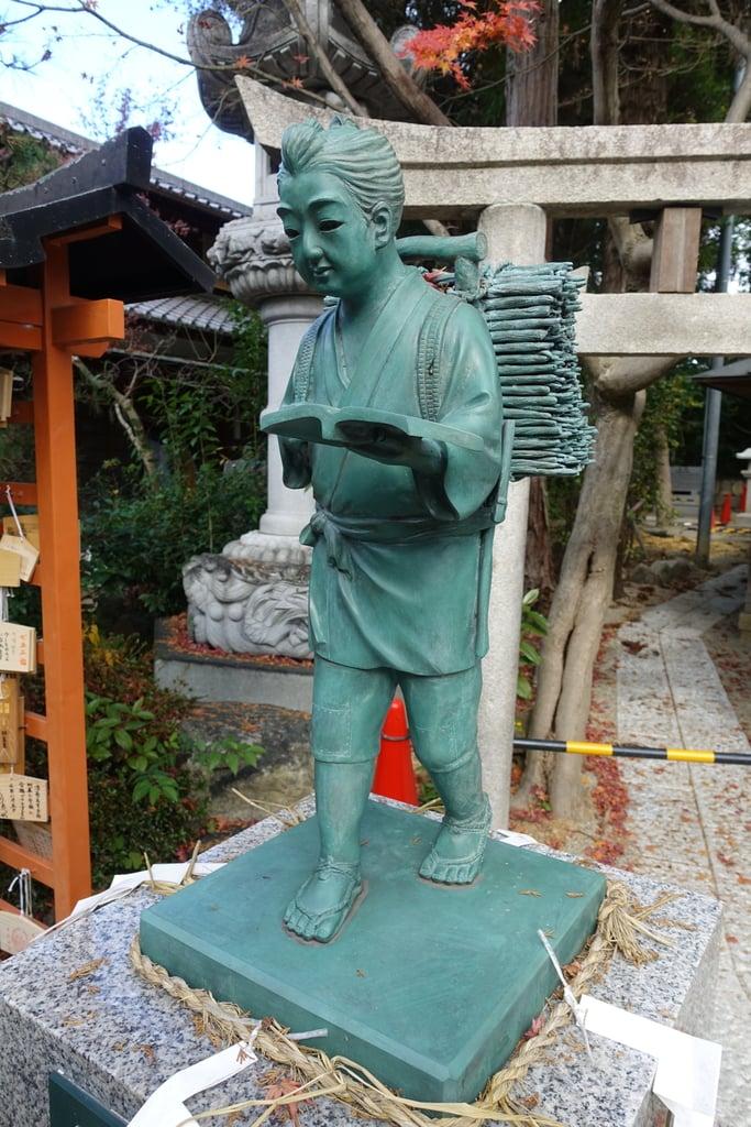 萱野神社の像