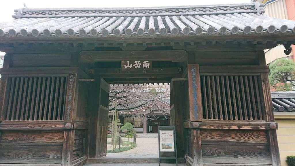 東長寺の山門