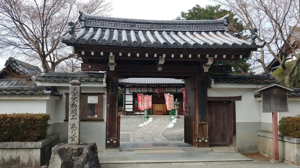 同聚院の山門