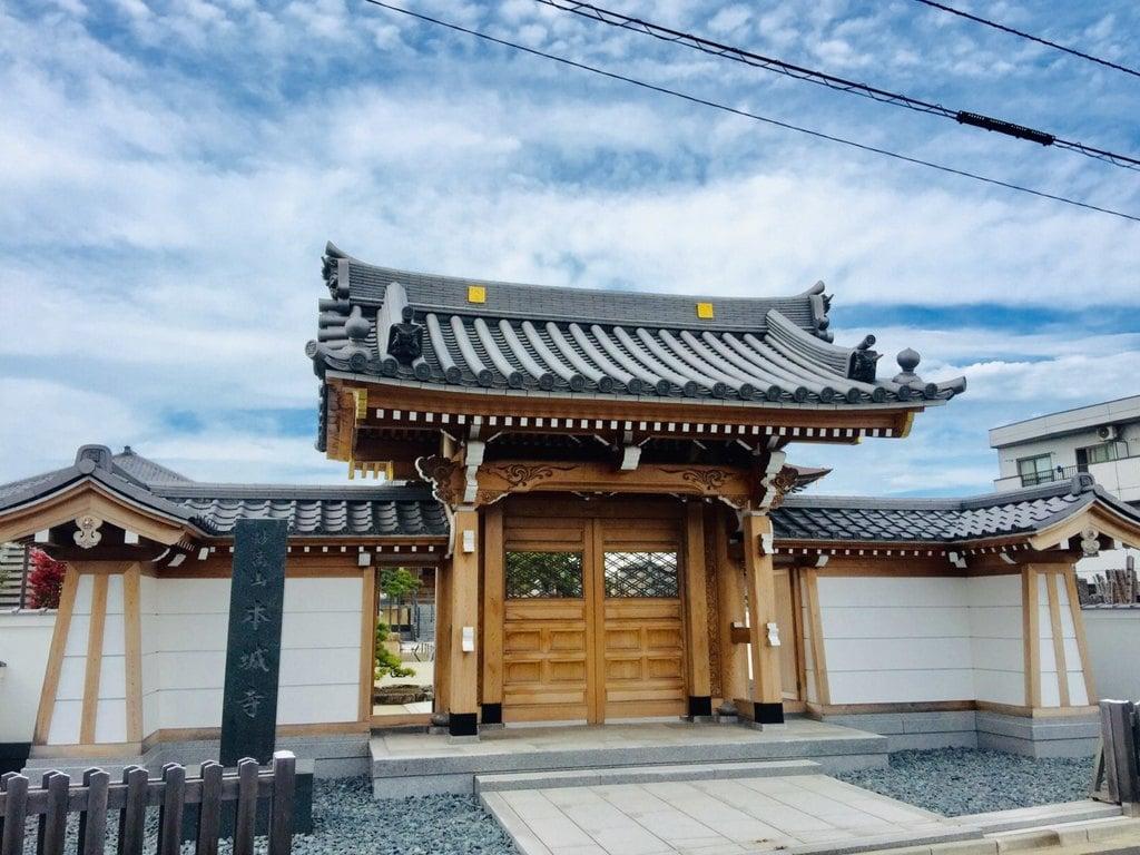 本城寺の山門