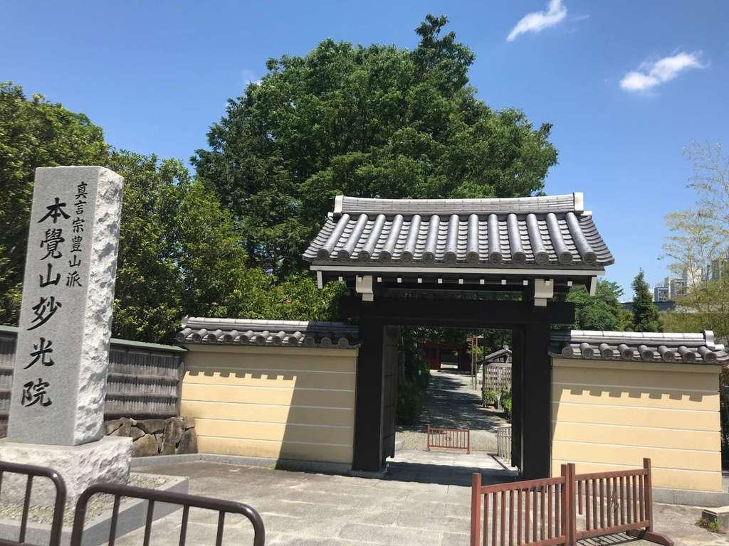 妙光院の山門
