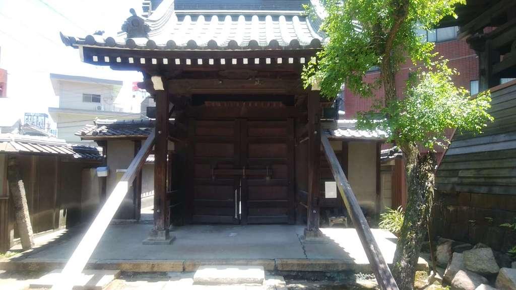 光用寺の山門