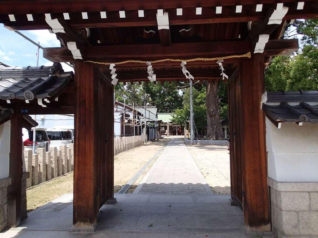 阿麻美許曽神社の山門