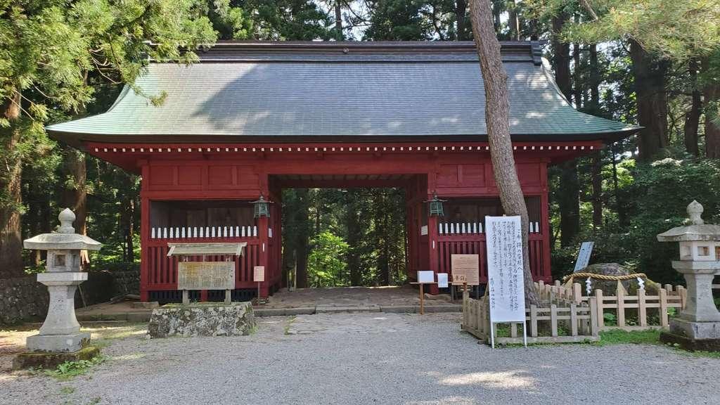 出羽三山神社  羽黒山三神合祭殿の山門