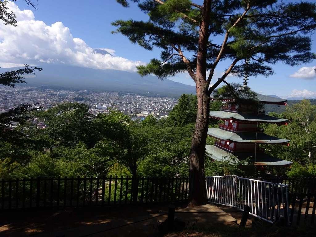 新倉山浅間公園忠霊塔の景色