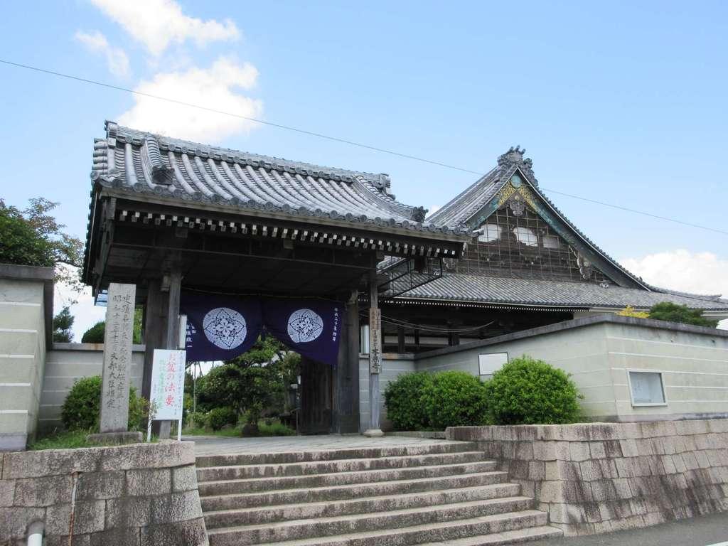 本照寺の山門
