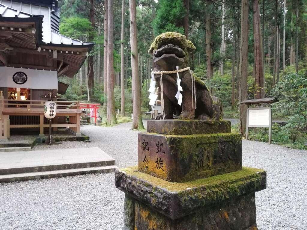 御岩神社の狛犬