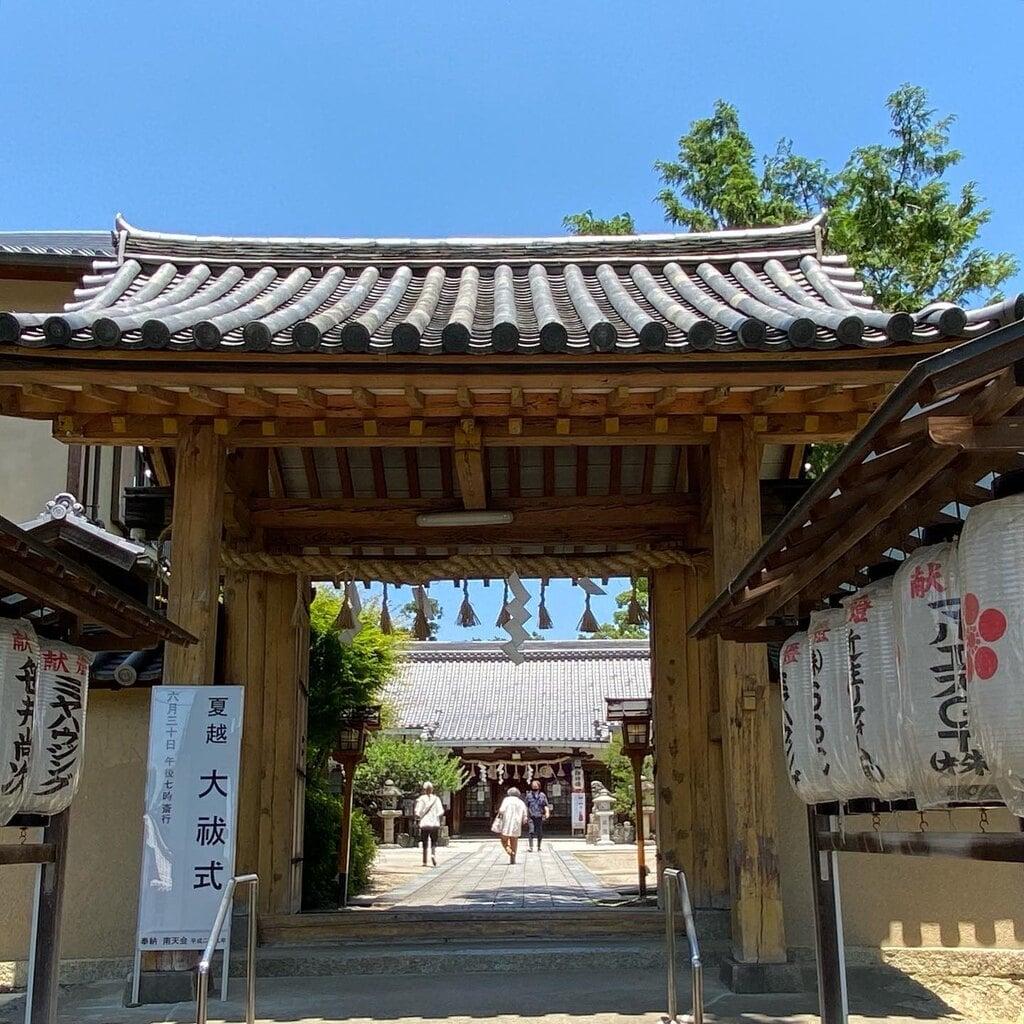 片埜神社の山門